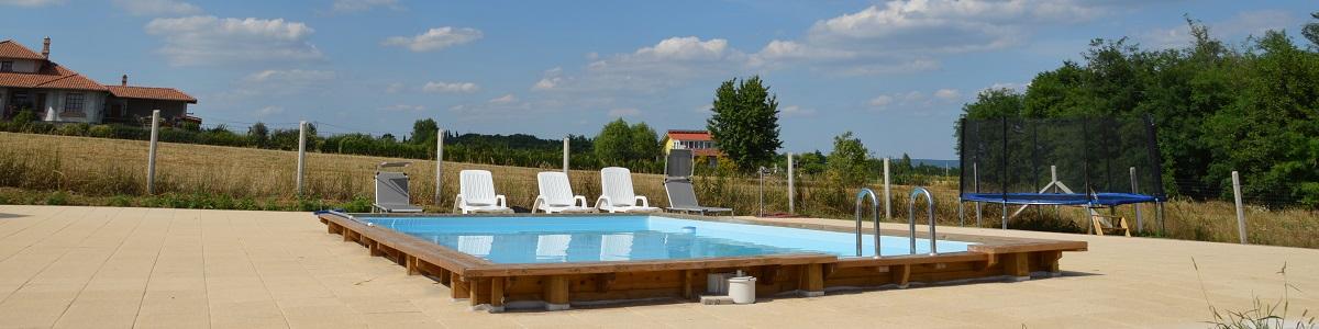 Het zwembad van Balatonview - vakantiehuis met zicht op het balatonmeer in Hongarije.